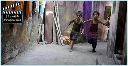 Los dos pilluelos correteando por las callejas de Bombay.