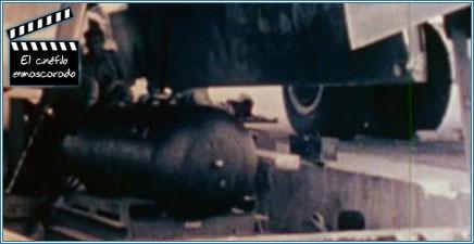 """Little Boy"", la bomba de uranio de Hiroshima, cargándose en la bodega del Enoga Gay"