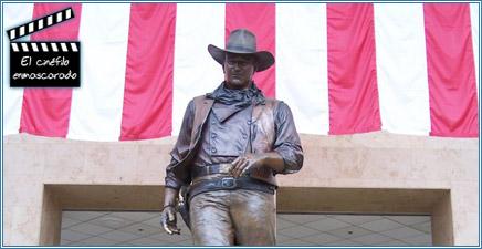 Estatua en su honor a la entrada del Aeropuerto John Wayne