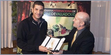 Nabil Ayouchi recibe la Espiga de Oro de Javier Angulo.