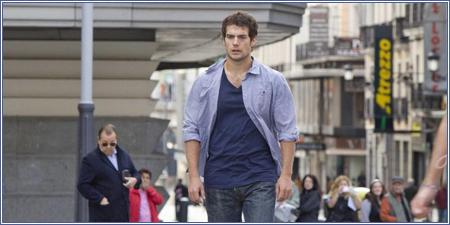 Henry Cavill caminando por la Plaza de Callao