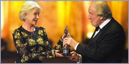 Michael Gambon entrega su premio a Helen Mirren