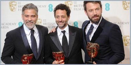George Clooney, Grant Heslov (productores) y Ben Affleck posan con sus premios por 'Argo'