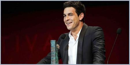 Mario Casas recogiendo su Biznaga de Plata al mejor actor