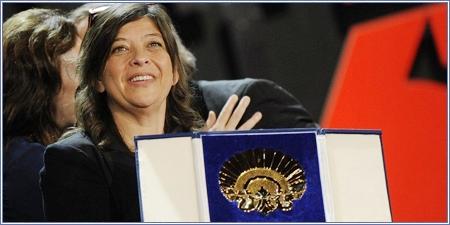 Mariana Rondón recogiendo su Concha de Oro