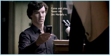 Sherlock leyendo sus SMS