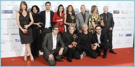 """El equipo de """"El tiempo entre costuras"""" con sus premios"""