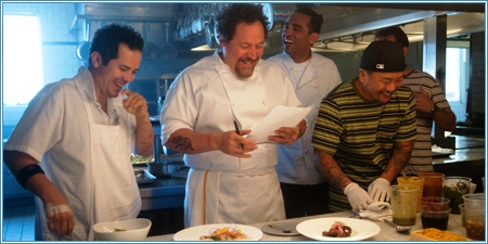Parte del elenco ensayando junto al chef Roy Choi