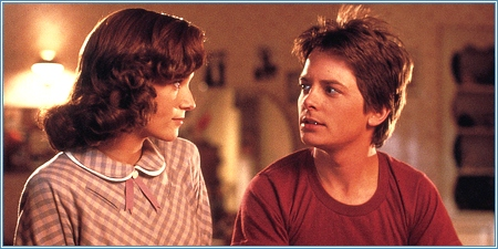 Lea Thompson y Michael J. Fox son Lorraine y Marty