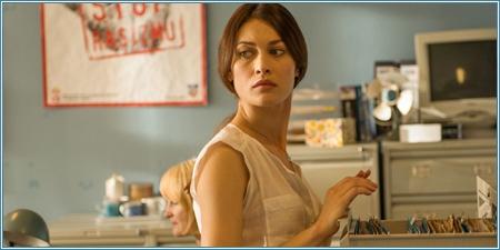 Olga Kurylenko es Alicia Fournier