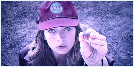 Britt Robertson es Casey Newton