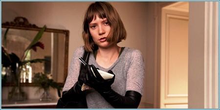 Mia Wasikowska es Agatha Weiss