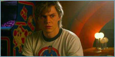 Evan Peters es Peter Maximoff