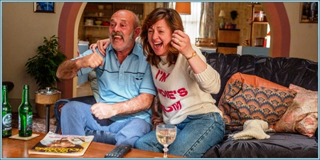 Keith Allen y Jo Hartley son los padres de Eddie