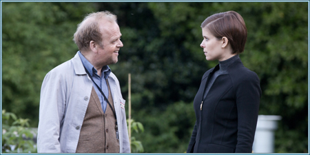 Toby Jones y Kate Mara