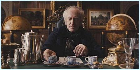 Jonathan Pryce es Sir Stuart Strange