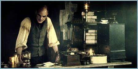 Michael Kelly es el doctor Edgar Dumbarton